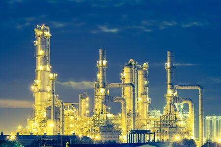 Usine de raffinerie de pétrole au crépuscule avec fond de ciel. Banque d'images