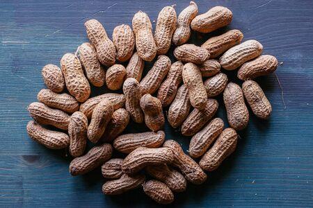 쉘 텍스처 및 배경에서 땅콩입니다. 땅콩 질감입니다. 껍질을 벗긴 땅콩. 건강한 음식. 나무 배경에서 껍질 된 땅콩의 뷰를 닫습니다. 추상적 인 배경 및 디자이너를위한 텍스처입니다. 스톡 콘텐츠 - 81556683