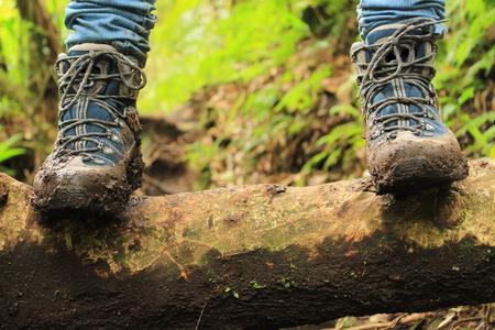 personas caminando: Detalle de botas llenas de barro en el camino a los perdidos tres cascadas de excursi�n en las monta�as cerca de Boquete, Panam�.