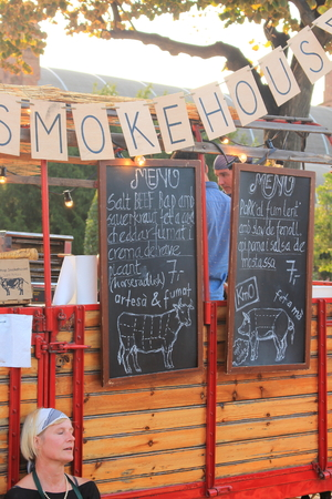 merce: Ciutadella Gardens, Barcelona - September 20th of 2014: Food sellers deliver worldwide meals in their vintage caravans. This curious activity takes place during La Merc Barcelonas festival.