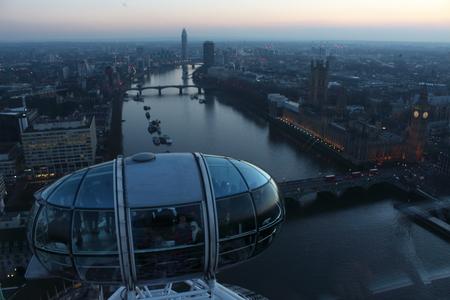London Eye à Waterloo, Londres - 15 février 2015: C'est la troisième plus grande roue du monde. Cette attraction touristique construite en 1999 est de 135 m. grand avec un diamètre de 120 m. Banque d'images - 51414007