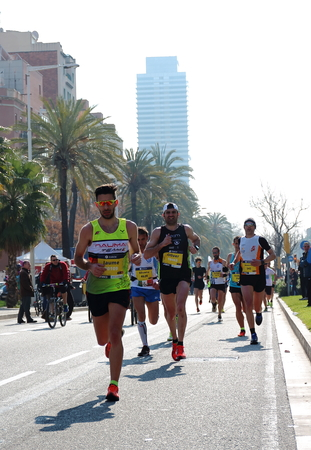 competitividad: Barcelona, Spain - March 13th of 2016: Athletes pushing hard during the 38th Barcelonas Marathon. This race has become the fifth larger marathon in Europe with 20.287 registered participants.