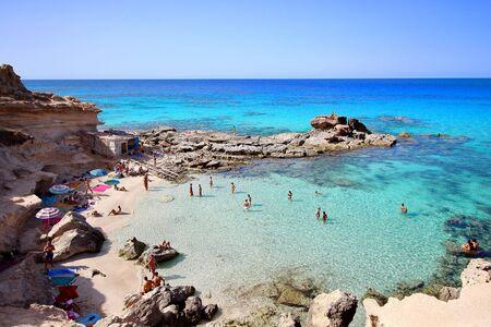 """Vue principale de la plage """"Es calo d'es mort"""", l'un des plus beaux endroits de Formentera, îles Baléares, Espagne."""