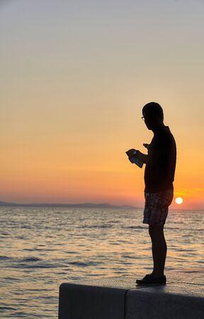 Silueta en la puesta de sol de Zadar. Croacia. Europa