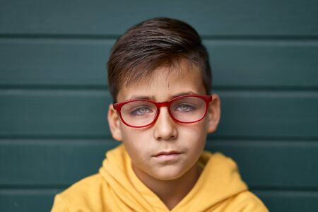 Green eyes kid with red glasses portrait Imagens