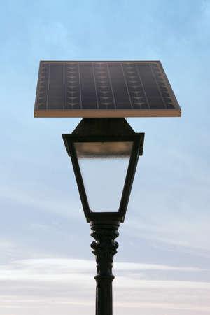 Mavi gökyüzü arka plan üzerinde güneş paneli hücre enerjili sokak lambası