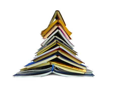 Kitap ağaç beyaz zemin üzerine izole