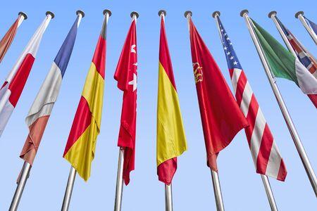 banderas del mundo: Banderas internacionales en una fila contra un cielo azul. Clipping path Foto de archivo