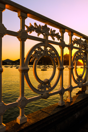 Günbatımı San Sebastian la Concha Korkuluk Stock Photo