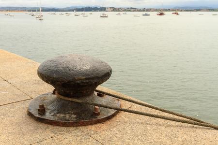 Bir iple bir limanda demir bollard