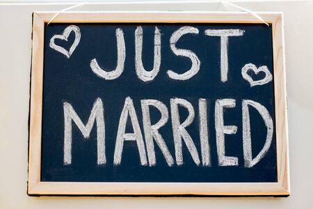 casados: Coche de la boda con la muestra s�lo se cas� en una pizarra Foto de archivo