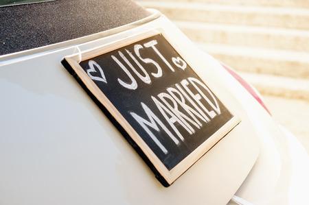 Bruiloft auto met net getrouwd teken in een schoolbord