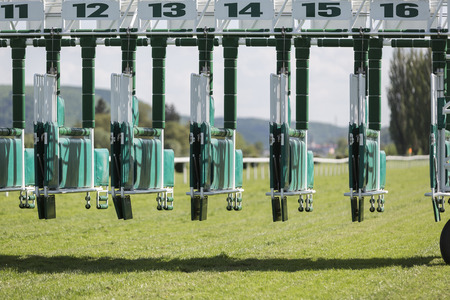 carreras de caballos: Comience puertas para las carreras de caballos. Vista frontal. Foto de archivo