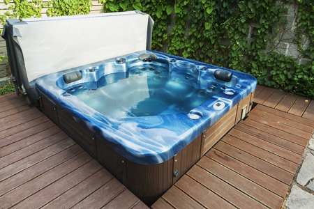 Outdoor hot tub, jacuzzi on the garden. Zdjęcie Seryjne - 50145950