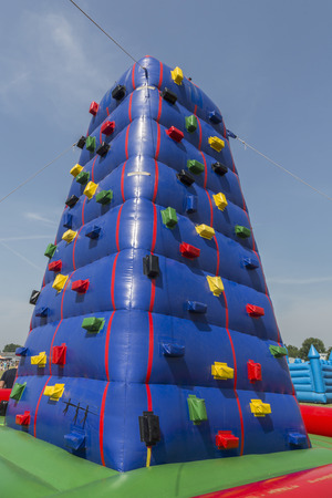 niño trepando: torre de escalada inflable para los niños,