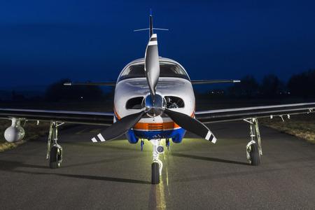 Les petits avions à piston mono-moteur privé sur la piste, vue de face