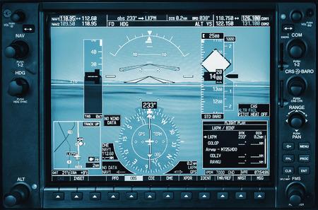 Computer in cabina di guida. Display in vetro della cabina di guida dell'aeroplano con radar meteorologico ed il motore calibri in piccolo aereo privato Archivio Fotografico - 65082700