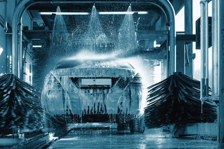 Autowas, autowasschuim water, automatische wasautomaat in actie