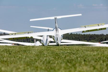 Glider on the grassy airfield in sunny day. Zdjęcie Seryjne - 79606817