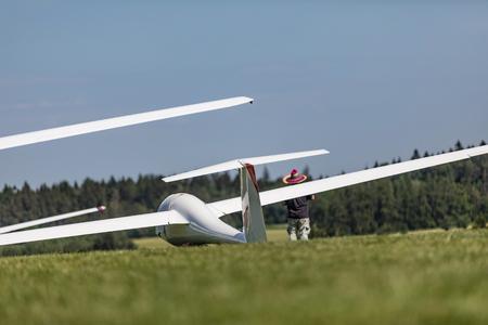 Glider on the grassy airfield in sunny day. Zdjęcie Seryjne