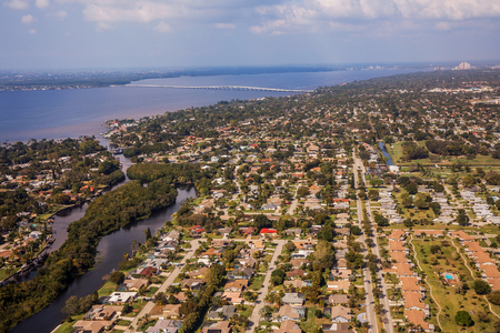 Aerial view of the metropolis Fort Myers and Cape Coral in south Florida. Typical houses with swamps and access across the channel to the sea. Florida. USA 版權商用圖片 - 85625854