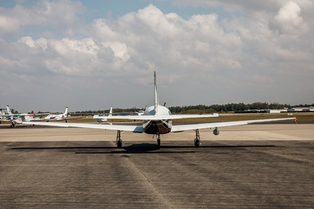 Private small single piston aircraft on airport runway. Small sports plane scrolls on the runway on a sunny day in Fort Myers, Florida Archivio Fotografico