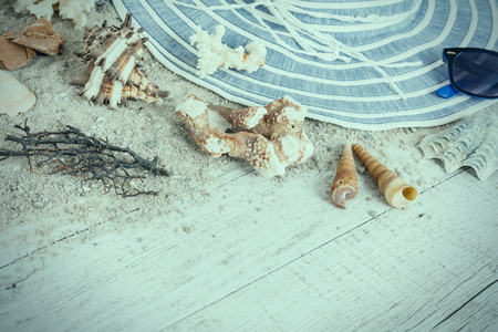 Sand and shells and hat on the wooden floor, summer concept, travel Seychely, beach Florida, Hawai, swimm in Bali, summer pradise Archivio Fotografico