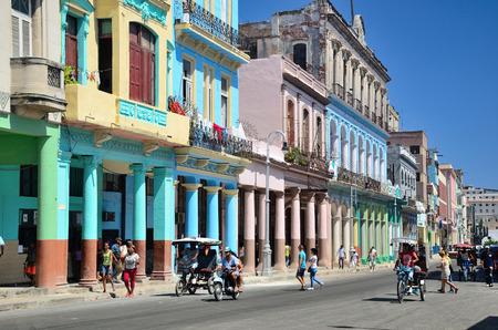 personas en la calle: Calle en La Habana.
