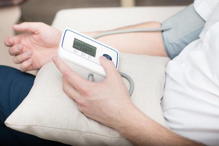 Messung des Blutdrucks durch ein elektronisches Tonometer.