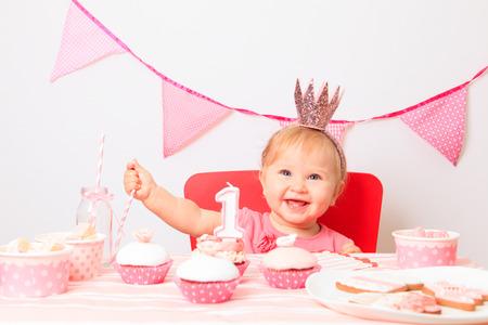 Pequeña princesa linda en un primer momento la fiesta de cumpleaños Foto de archivo - 36191040