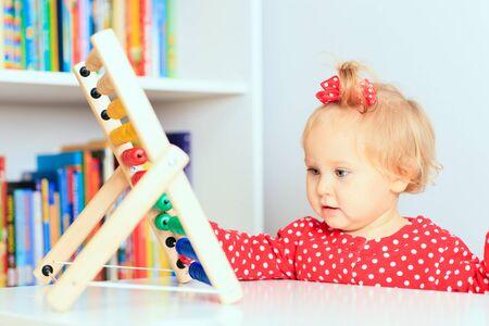 early learning: ni�a jugando con �baco, el aprendizaje temprano