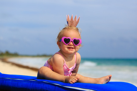 verano: peque�a princesa linda beb� en la playa del verano tropical Foto de archivo