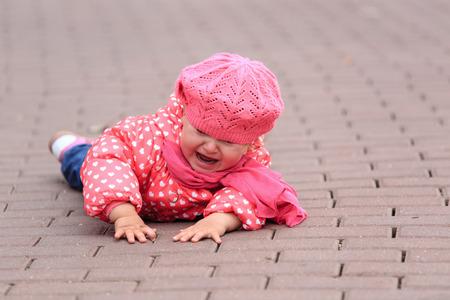 乳幼児: 歩道をオフ少女秋に泣く、子供の安全 写真素材