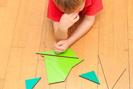 matematicas: Brainstorm. Pensamientos. Niño pequeño que la resolución de problemas de matemáticas, pensando mucho
