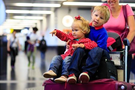 mujer con maleta: familia con dos ni�os viajan en el aeropuerto, los viajes familiares