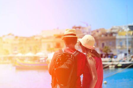 verano: Pareja de turistas mirando el mapa mientras que los viajes en Malta, Europa