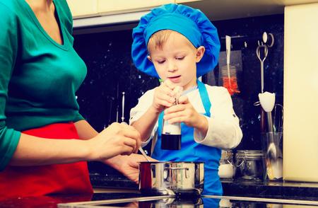 sal: madre e hijo cocinar en interior de la cocina