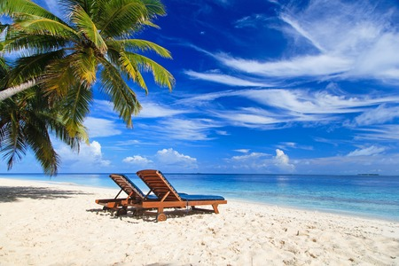 Zwei Liegestühle auf der tropischen Sandstrand Standard-Bild - 42579566