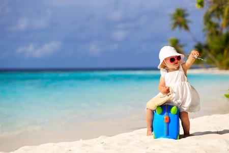 voyage: mignon petit Voyage de fille sur la plage d'été, les enfants voyagent