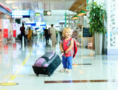 valise voyage: petite fille avec Voyage valise à l'aéroport, voyagent enfants Banque d'images
