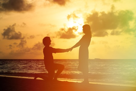 Marriage Proposal at sunset idyllic tropical beach Standard-Bild