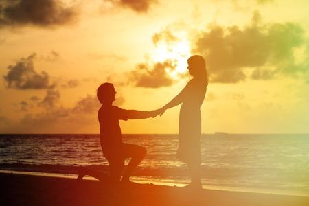 matrimonio feliz: Propuesta de matrimonio al atardecer idílica playa tropical Foto de archivo