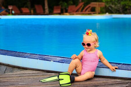 flippers: cute girl with flippers in swimming pool at tropical beach Foto de archivo