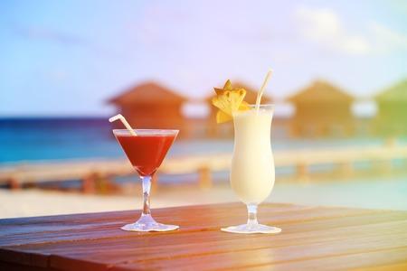 beach resort: Dos c�cteles en lujoso complejo de playa tropical
