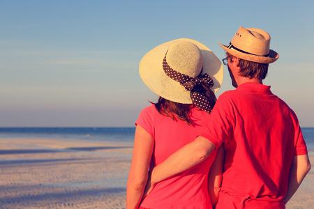 personas abrazadas: joven pareja feliz en la playa del verano mexicano