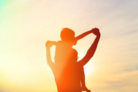 vader en zoon plezier bij zonsondergang