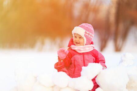 estado del tiempo: cute happy little girl  play in winter snow Foto de archivo