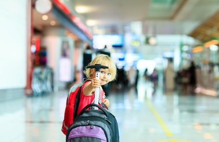 mignonne petite fille: petite fille avec Voyage valise à l'aéroport, voyagent enfants Banque d'images