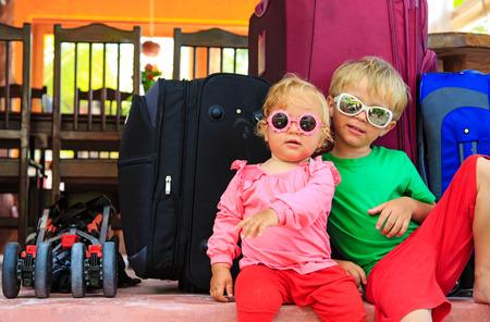 mujer con maleta: ni�os viajan ni�a concepto-ni�o y ni�o que se sienta en las maletas listas para viajar Foto de archivo