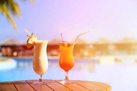 Twee cocktails op luxe tropische beach resort